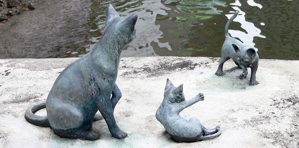 одна из скульптур сингапурских кошек на набережной реки Сингапур